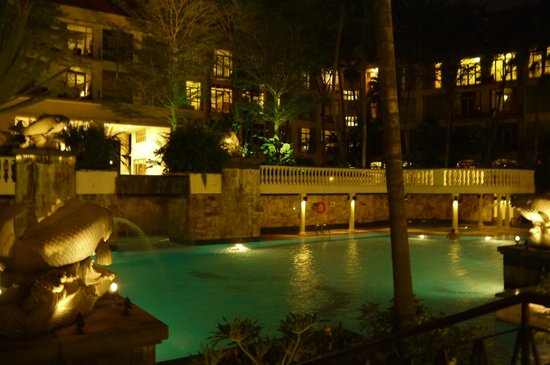 Treetops Executive Residences Singapore: レストランから夜のプールの眺め
