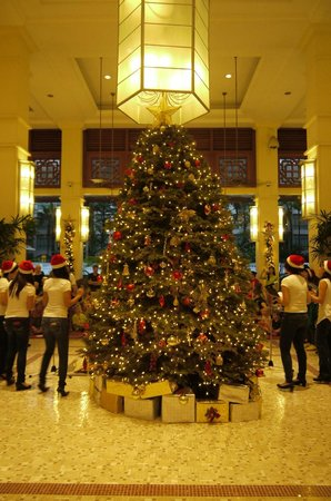 Treetops Executive Residences Singapore: 入り口から見えるクリスマスツリー