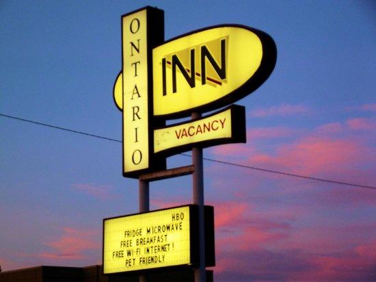 Ontario Inn: Beautiful Sky behind sign