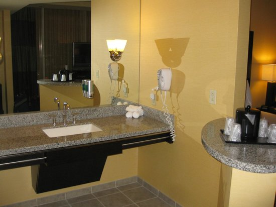 Eastside Cannery Casino & Hotel: Ample vanity