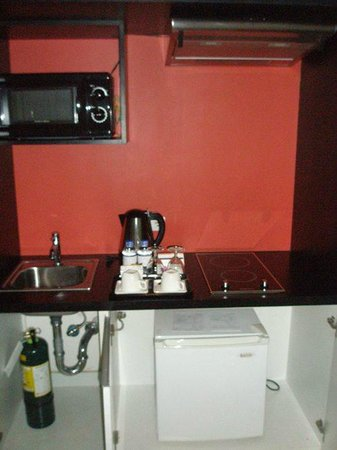 The Picasso Boutique Serviced Residences: Mini kitchen + Fridge