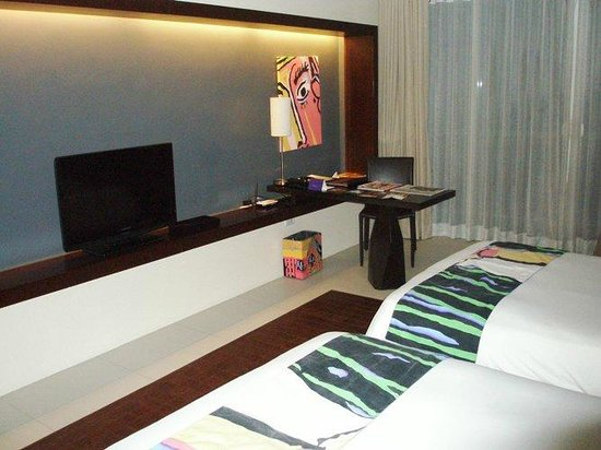 The Picasso Boutique Serviced Residences: Beds, TV and desk