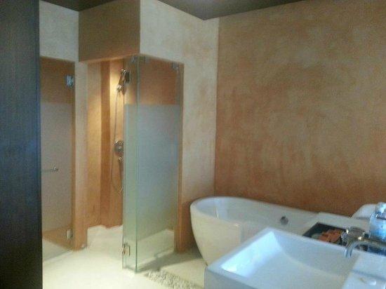 Chanalai Romantica Resort: Bathroom ,rain shower n tub