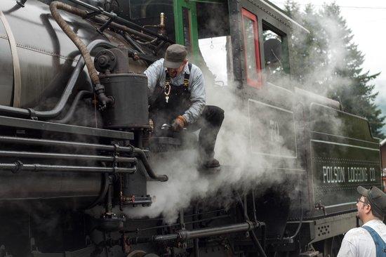 Mt. Rainier Scenic Railroad : Firing up the train