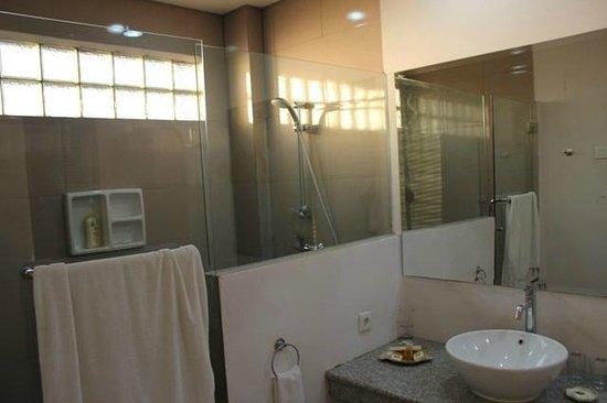 The Jayakarta Suites Komodo-Flores: Shower area