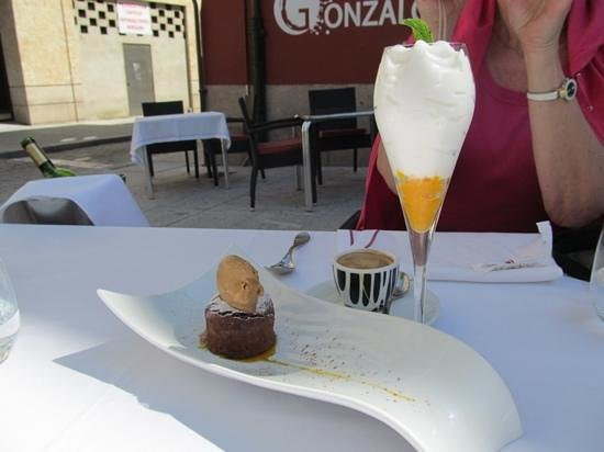 El Mesón de Gonzalo: espumante with passion fruit and chocolate cake