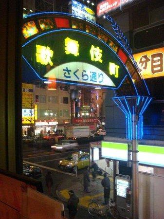 Hotel Mystays Nishi Shinjuku: 旅館附近的歌舞伎町