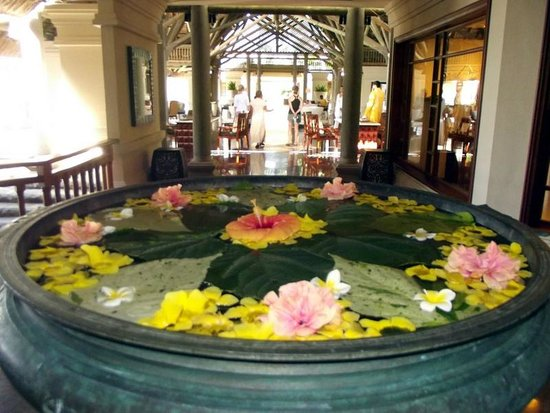 Constance Le Prince Maurice: Flowers and fragrances seduce you throughout the hotel