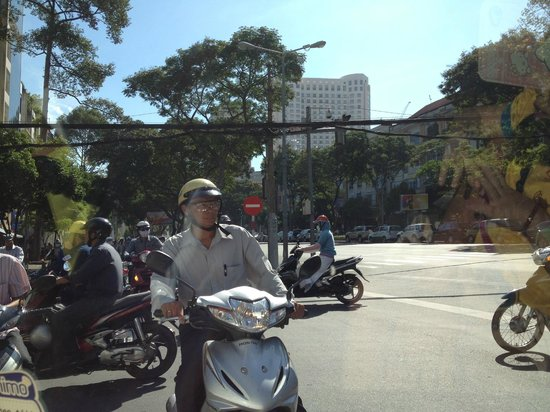Dinh Phat Hotel: traffic outside the road