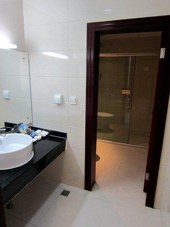 Guotai Hotel: Bathroom. Glassed in shower stall.
