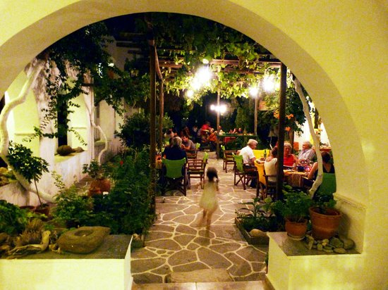Hotel Boulis: courtyard with bistro dining