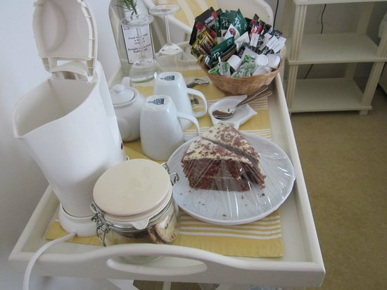 Redfoot Lea Bed and Breakfast: Well stocked tray, yummy cake
