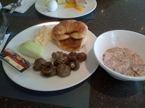 Copthorne Airport Hotel Dubai: buffet breakfast
