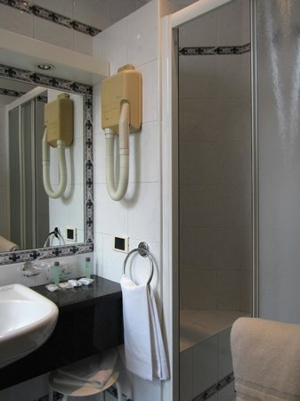 Flora Hotel: Shower (small) and handbasin