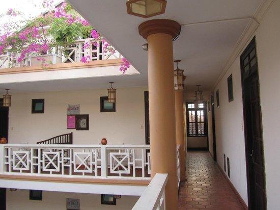 Thanh Van Hotel: open corridors!