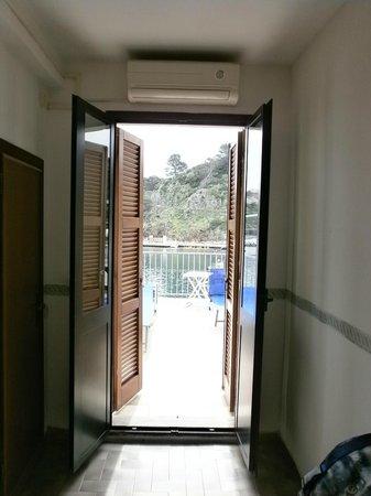 Albergo Ristorante Da Beppone: porta che da sul terrazzino da cui si ammira la splendida vista sul porto