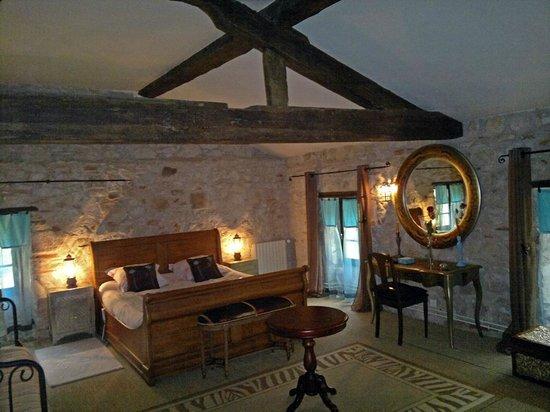 Moulin de Rocquebert: très belle chambre spacieuse, on y dort vraiment bien ! salle de bain très agréable