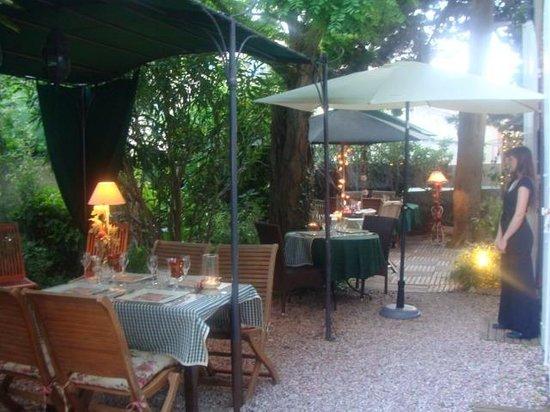 La Villa Les Cedres: jardin avec le restaurant dehors
