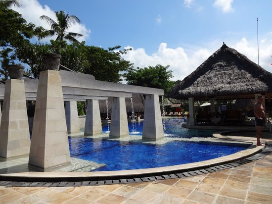 Rama Beach Resort and Villas: This is the kids pool and on to the big pool