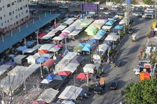 Huahin Grand Hotel & Plaza: Mini Night Market setting up