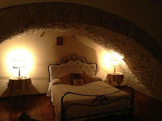 Hotel Lieto Soggiorno: letto della suite