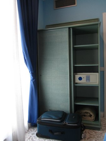 Hotel La Bougainville: Cupboard and in-room safe