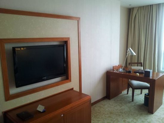 Yihao International Hotel: room 1607 bureau and flatscreen tv