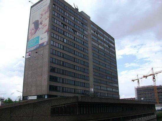 """City Hotel Hamburg Mitte: Links unten kann man die Flatterplane sehen, wo """"Grand Hotel"""" steht..."""