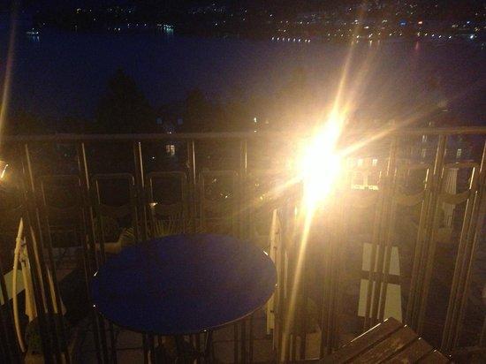 Art Deco Hotel Montana Luzern: Spotlight shines in your eyes in Room 207