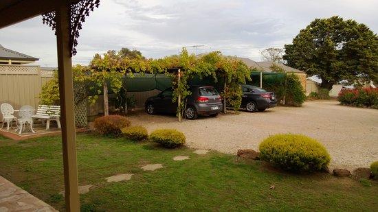 Langmeil Cottages: The grape lined parking!