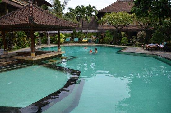Balisandy Resort: Pool - links der Kinderbereich, Swim-Up-Bar nicht bedient