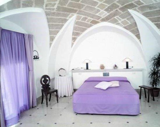 Hyencos Hotel Callyon: Camera matrimoniale con terzo letto in ambiente separato, con volta a stella in carparo leccese