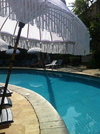 Sativa Sanur Cottages: parasols en zwembad