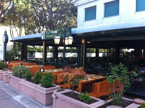 Big Ben Pub: nuova terrazza con panche in legno...