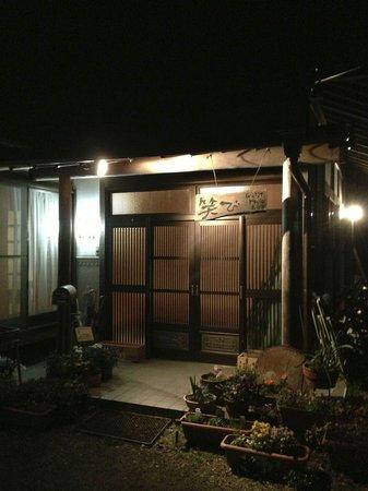 Guest House Warabi: 夜の玄関