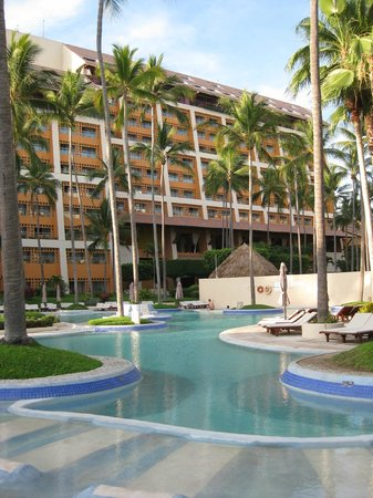The Westin Resort & Spa, Puerto Vallarta: The pool in the middle of the hotel grounds