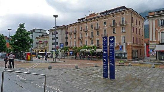 Hotel and SPA Internazionale: L'hôtel vu du parvis de la gare CFF
