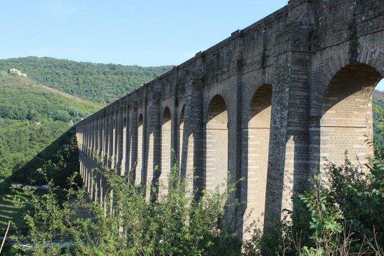 Ponti della Valle - Acquedotto Carolino: vista dalla strada