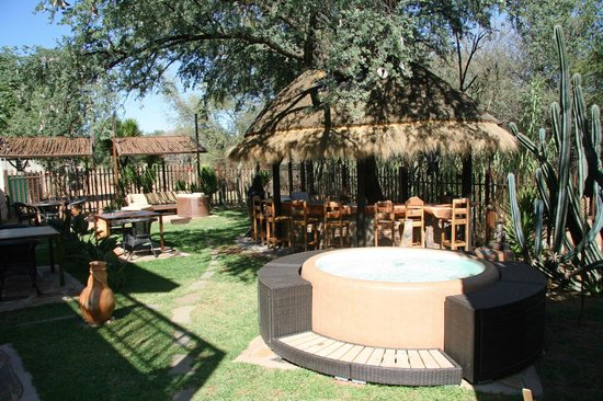 Suricate Town Lodge: Jaccuzi and outdoor lounge