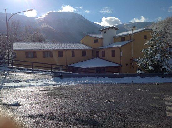 Ristorante DA Tonino: Struttura con sfondo Monte Cambio