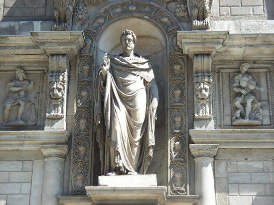 Palazzo Giureconsulti : statua sulla facciata