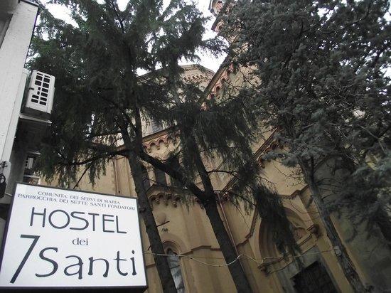 7 Santi Hostel: Hostel outside