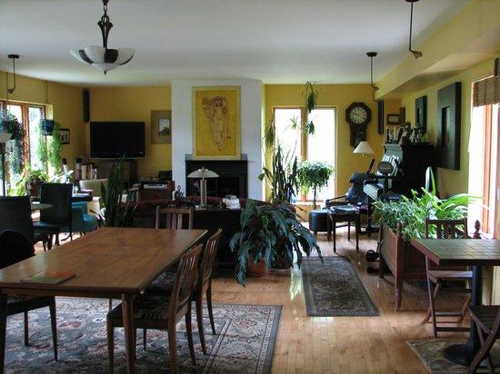 B&B Domaine des Chutes : salle à dîner salon