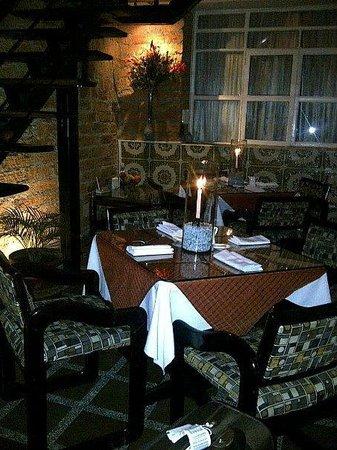 61Prado Guesthouse: Mesas en la noche