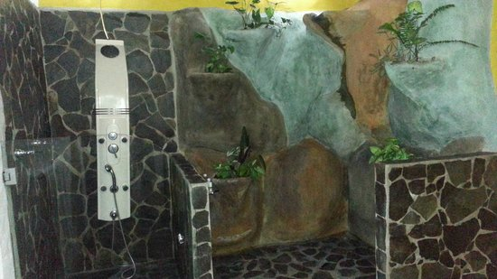 Hotel Mountain Paradise: Baño con doble ducha, una común y una estilo cascada
