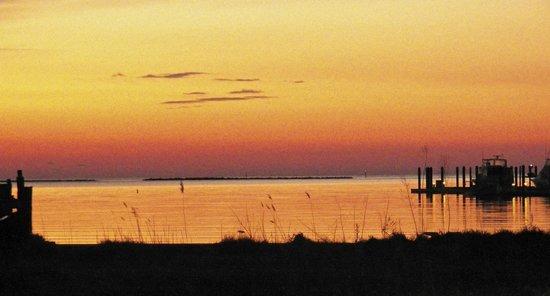 Fig Street Inn: Enjoy a gorgeous sunset at Cape Charles Beach.