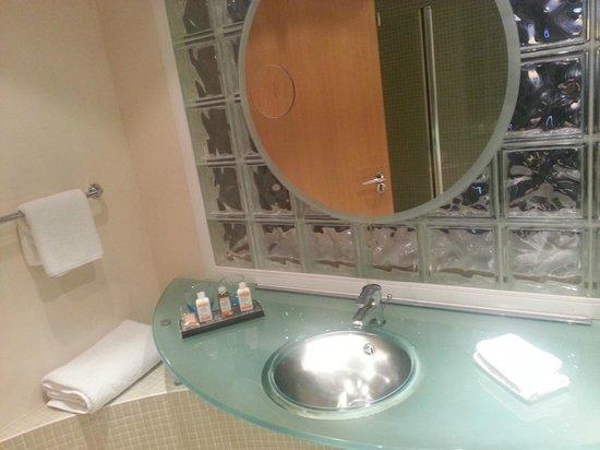 راديسون بلو هوتل جلاسكو: sink area with toiletries