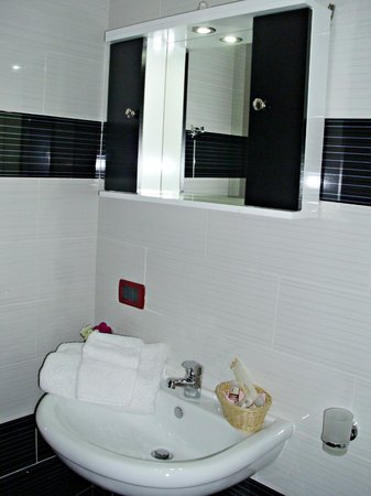 Jolly Hotel: Shower bathroom