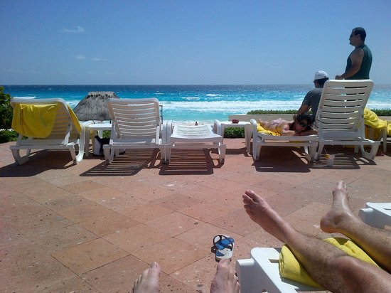 Park Royal Cancun: Sitting by the pool - looking at the gulf