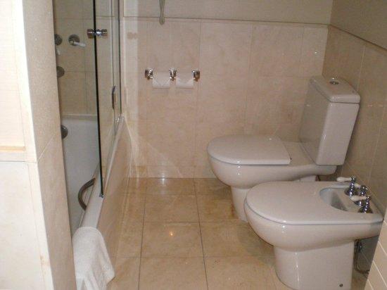 Regal Pacific Hotel Buenos Aires: Baño de la habitación